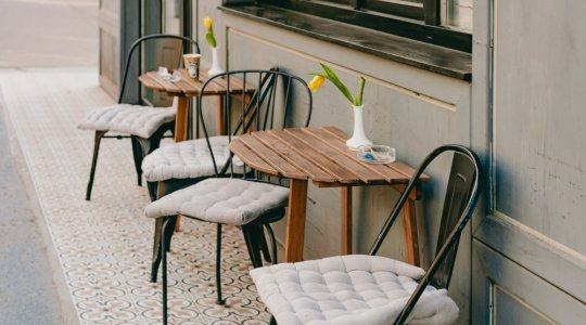 Table and chairs for pavement licence